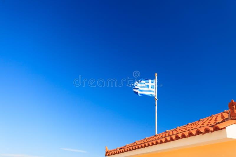 Drapeau grec bleu et blanc ondulant sur le vent image libre de droits