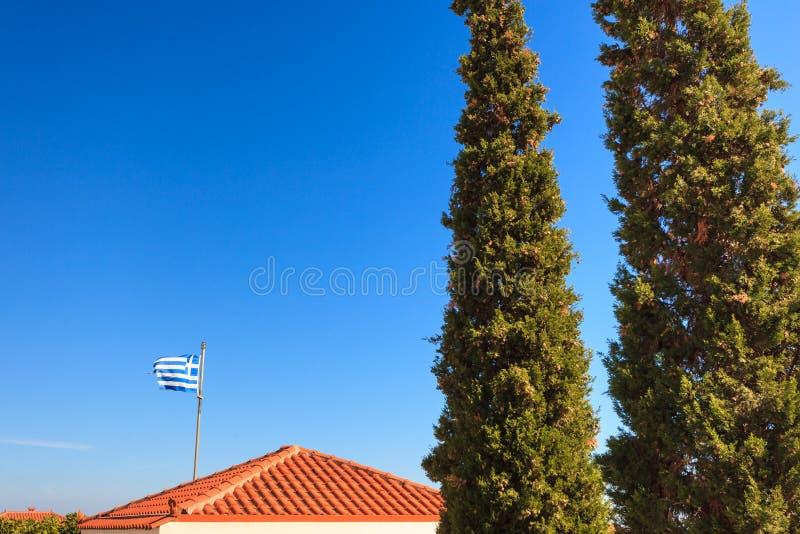 Drapeau grec bleu et blanc ondulant sur le vent photos stock