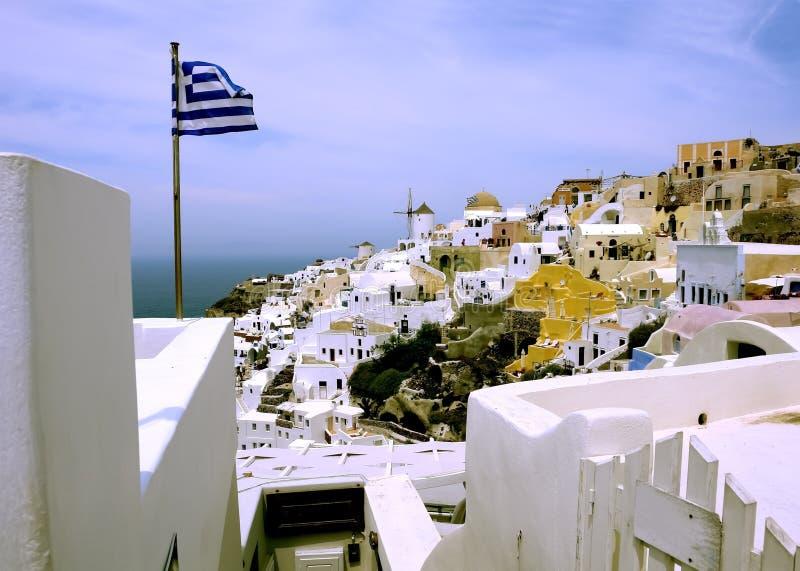 Drapeau grec dans la ville d'Oia sur l'île de Santorini photos stock