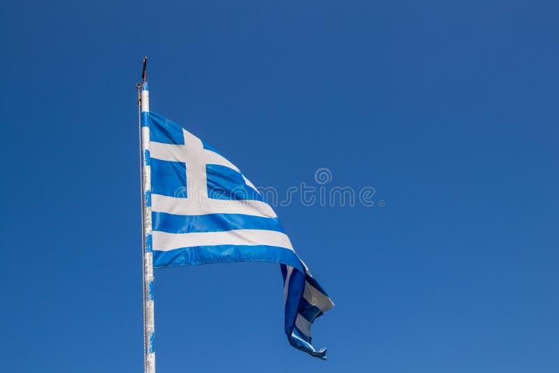Drapeau grec ondulant un temps clair image libre de droits