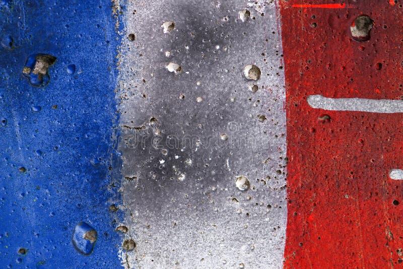 Drapeau grunge blanc et rouge bleu de Frances peint sur le mur photographie stock libre de droits