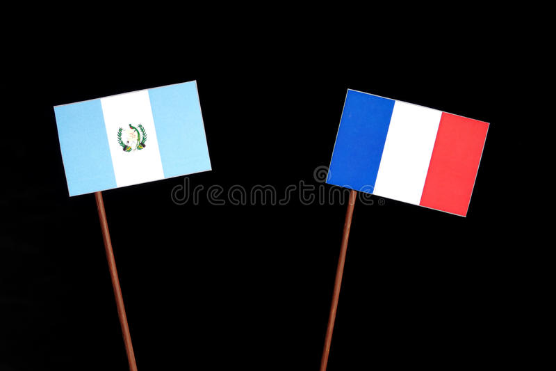 Drapeau guatémaltèque avec le drapeau français sur le noir image stock