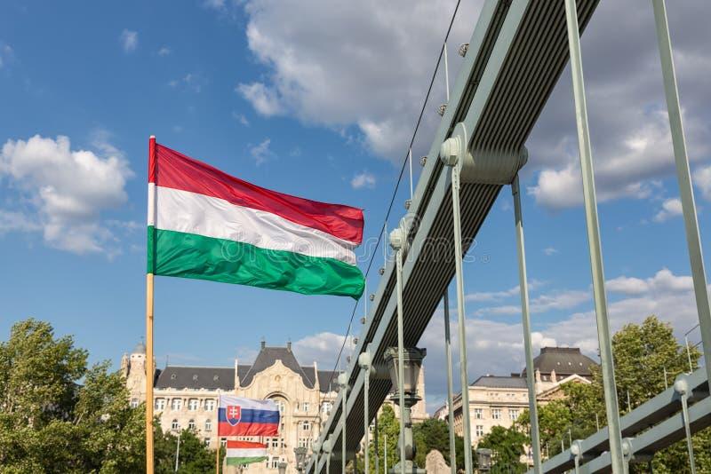 Drapeau hongrois et slovaque au pont de chaîne Budapest, Hongrie photos stock