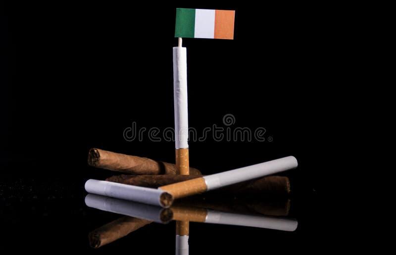 Drapeau irlandais avec des cigarettes et des cigares images libres de droits