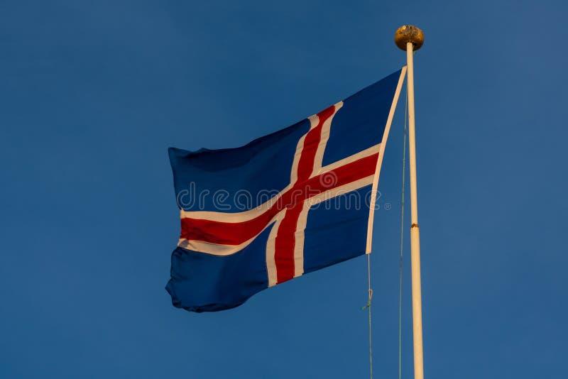 Drapeau islandais sur un mât de drapeau photographie stock