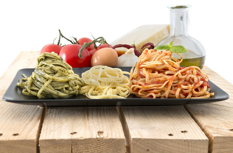 Drapeau italien fait avec des pâtes et des ingrédients sur le fond blanc photos stock
