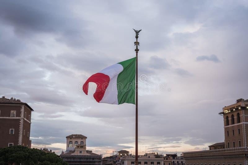 Drapeau italien flottant sur le monument Vittorio Emanuele II à Rome photographie stock