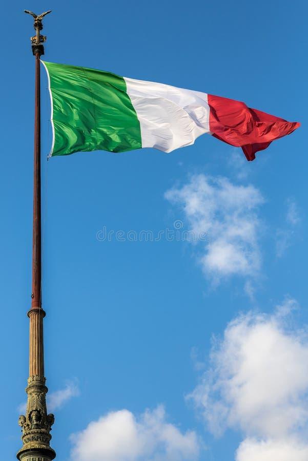 Drapeau italien ondulant à Rome, Italie avec le ciel bleu et les nuages blancs à l'arrière-plan images stock