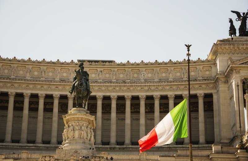 Drapeau italien sur le demi mât devant le Vittoriano image libre de droits