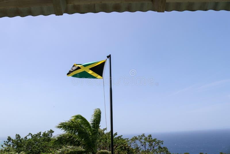 Drapeau jamaïcain avec une vue photographie stock libre de droits
