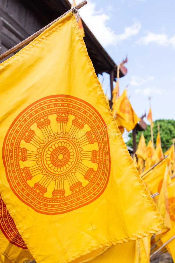 Drapeau jaune de dharmachakra photo stock