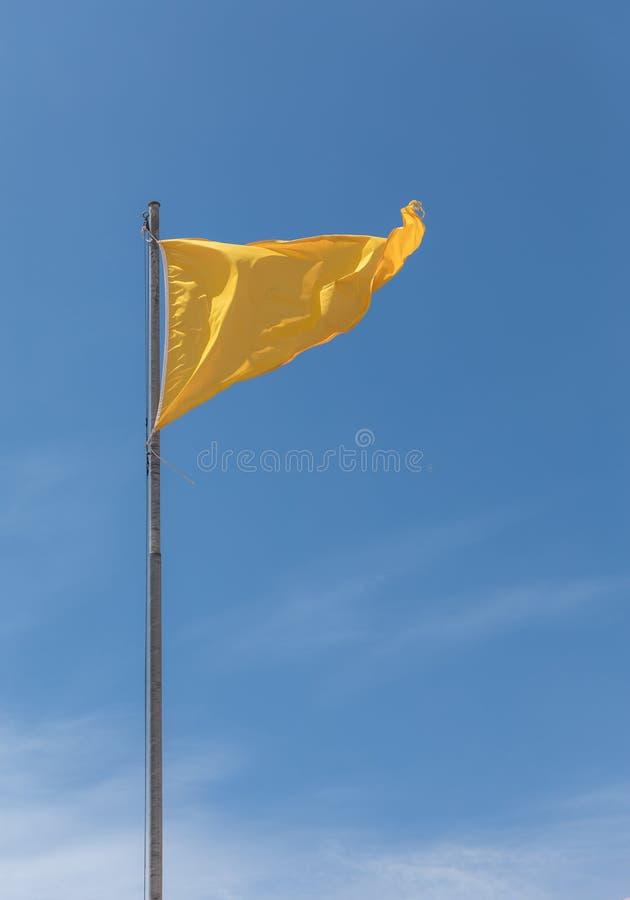 Drapeau jaune, se baigner dangereux image libre de droits