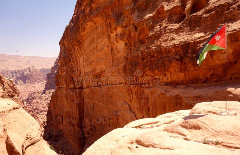 Drapeau jordanien dans PETRA photographie stock libre de droits