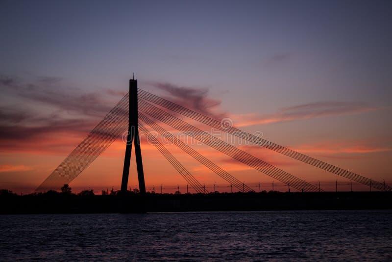 Drapeau letton au coucher du soleil images stock