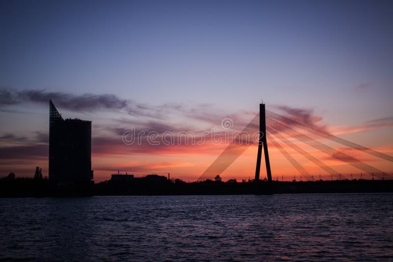 Drapeau letton au coucher du soleil images libres de droits