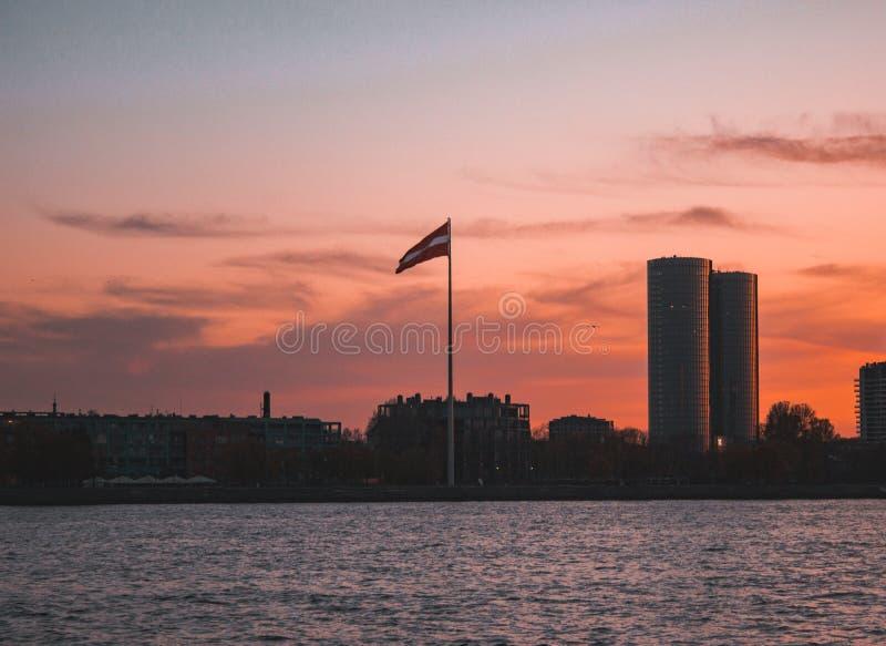 Drapeau letton au coucher du soleil photographie stock libre de droits