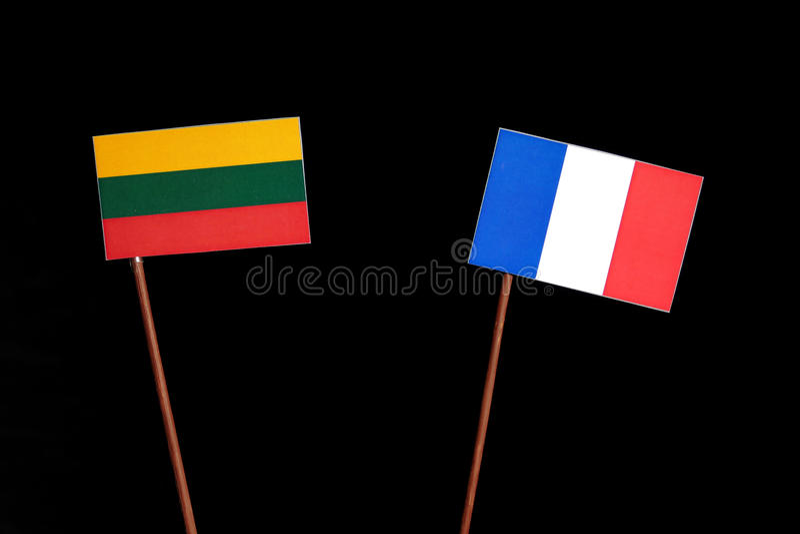 Drapeau lithuanien avec le drapeau français d'isolement sur le noir photo stock