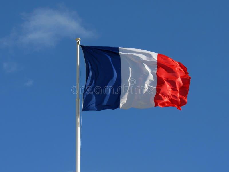 Drapeau matériel de tissu tricolore français ondulant dans le vent avec l'espace de copie avec le fond de ciel bleu photo stock