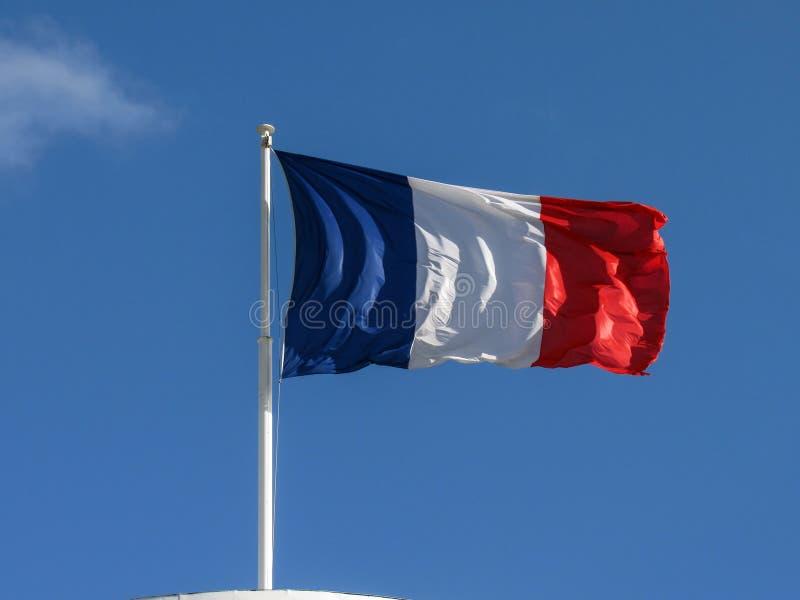 Drapeau matériel de tissu tricolore français très gentil flottant dans le vent avec l'espace de copie dans le jour ensoleillé image stock