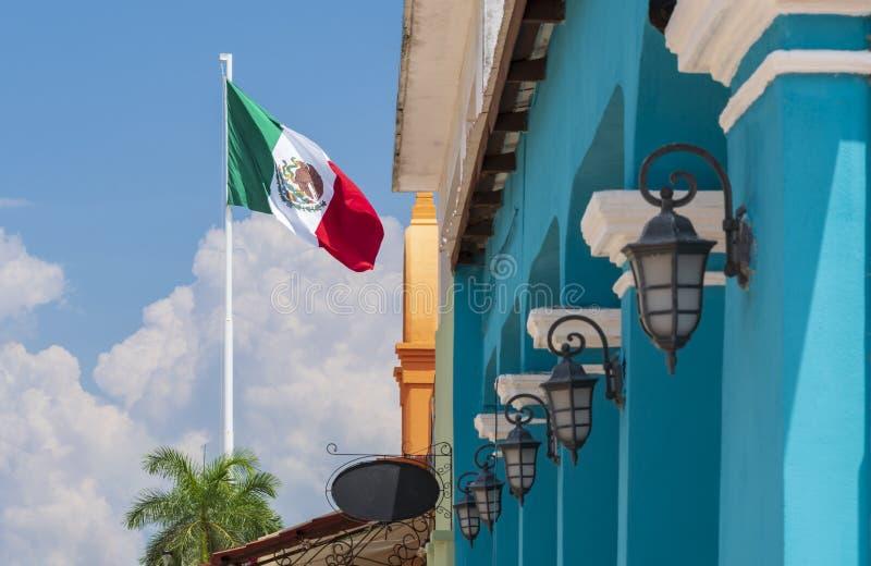 Drapeau mexicain avec le bâtiment bleu colonial et les lampes traditionnelles photo libre de droits