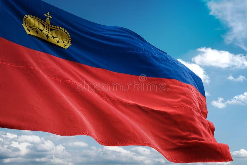 Drapeau national de la Liechtenstein ondulant l'illustration 3d réaliste de fond de ciel bleu illustration de vecteur
