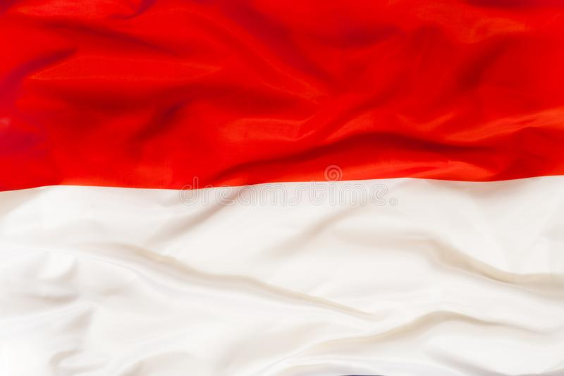 Drapeau national de la Pologne avec le tissu de ondulation photos stock