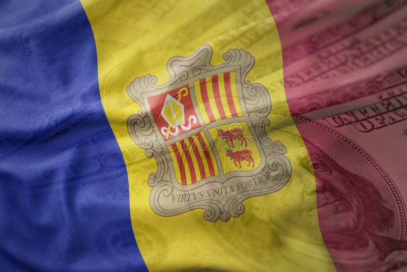 Drapeau national de ondulation coloré de l'Andorre sur un fond américain d'argent du dollar illustration stock