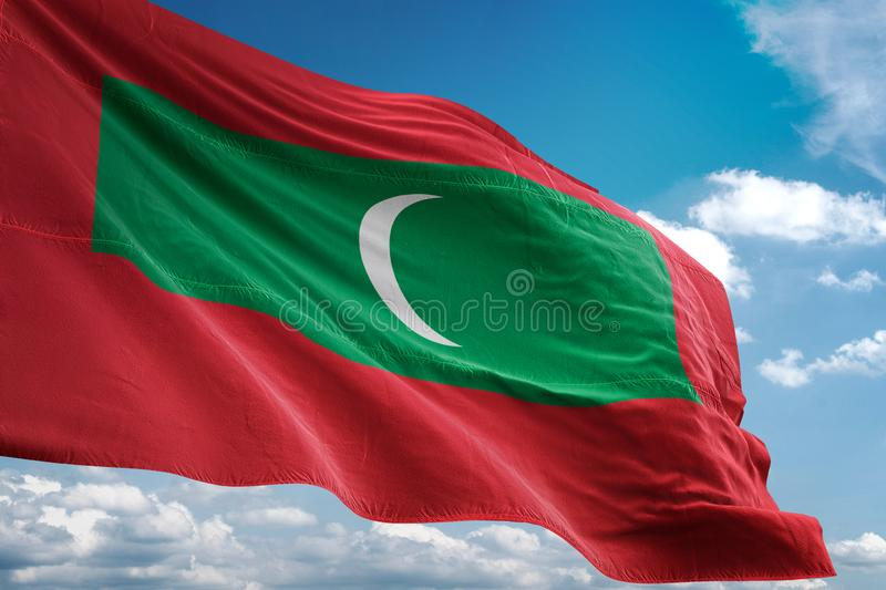 Drapeau national des Maldives ondulant l'illustration 3d réaliste de fond de ciel bleu illustration de vecteur