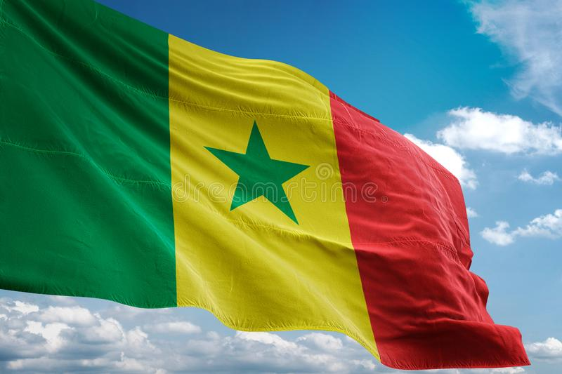 Drapeau national du Sénégal ondulant l'illustration 3d réaliste de fond de ciel bleu illustration stock