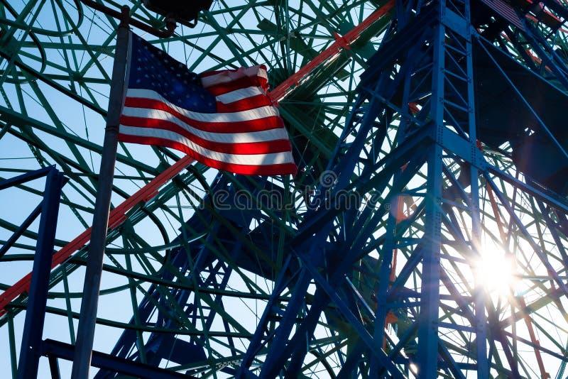 Drapeau national du vol des Etats-Unis contre le soleil image libre de droits