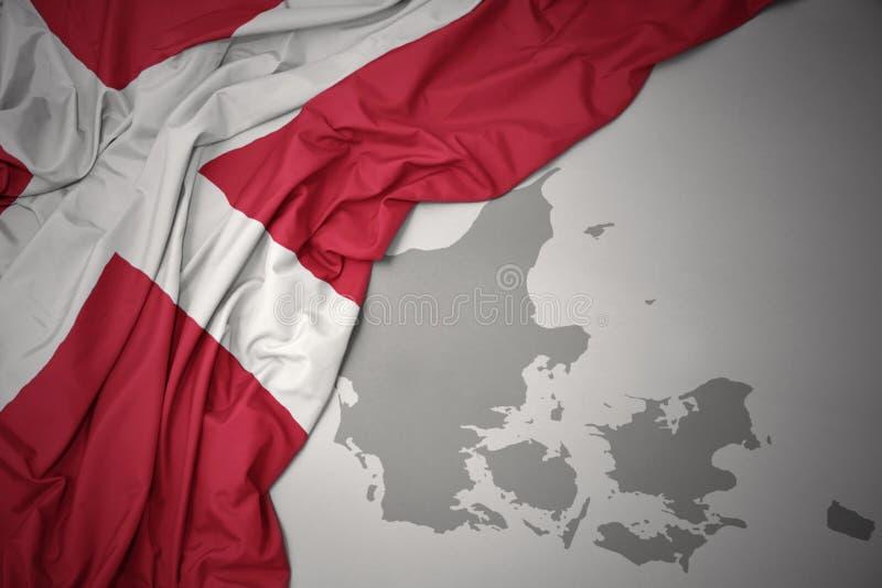 Drapeau national et carte colorés de ondulation du Danemark illustration de vecteur