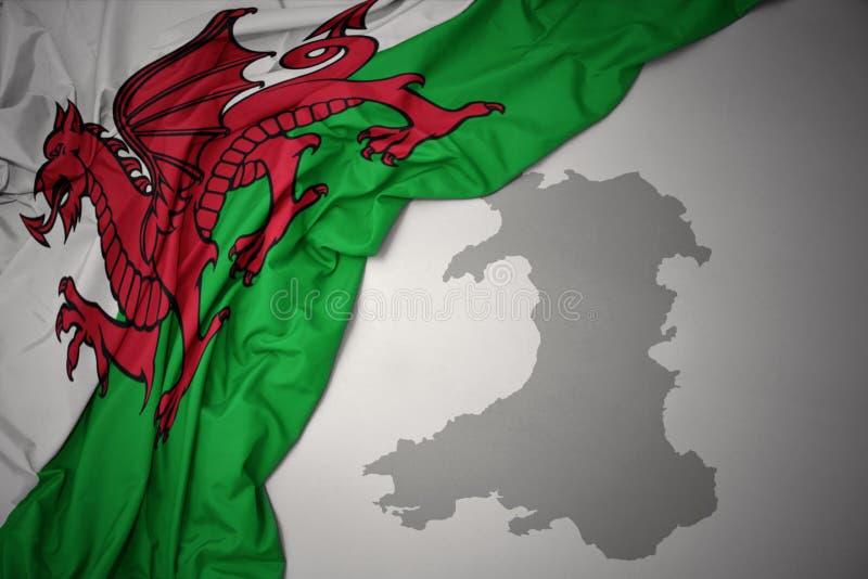 Drapeau national et carte colorés de ondulation du Pays de Galles photos stock