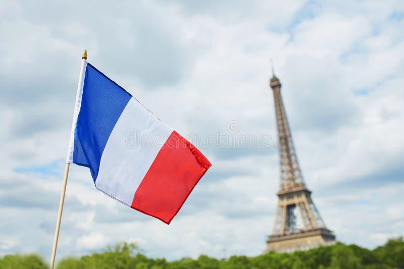 Drapeau national français (tricolore) à Paris avec Tour Eiffel à l'arrière-plan photos libres de droits
