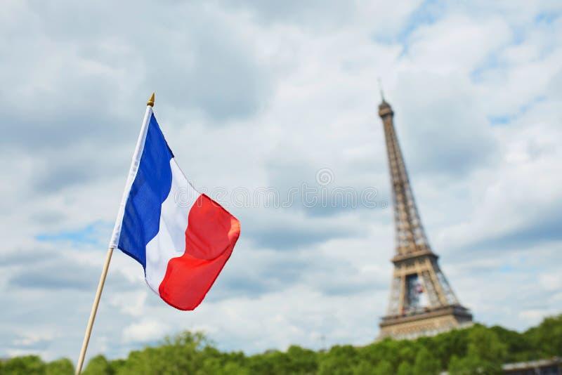 Drapeau national français (tricolore) à Paris avec Tour Eiffel à l'arrière-plan photos stock