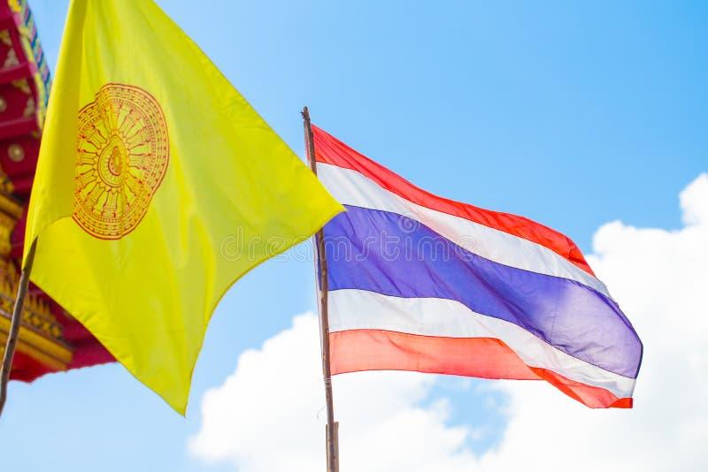 Drapeau national thaïlandais et drapeau Thaïlande de religion de bouddhisme image libre de droits