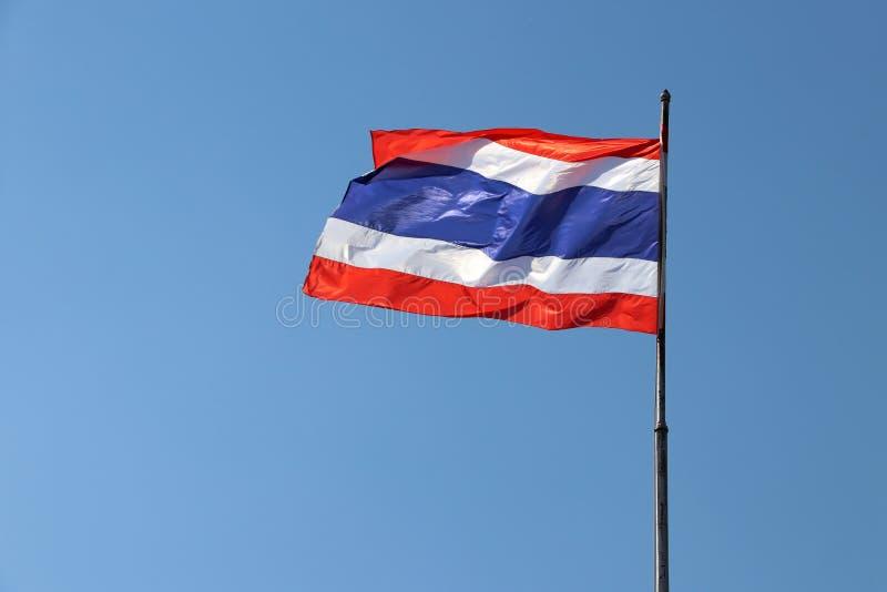 Drapeau national thaïlandais sur le fond lumineux de ciel bleu image stock