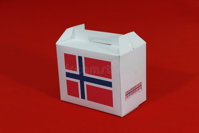 Drapeau norvégien sur boîte blanche avec code-barres et couleur du drapeau de la nation sur fond rouge La notion de commerce d'ex photos libres de droits