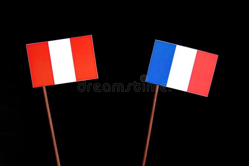 Drapeau péruvien avec le drapeau français sur le noir images libres de droits