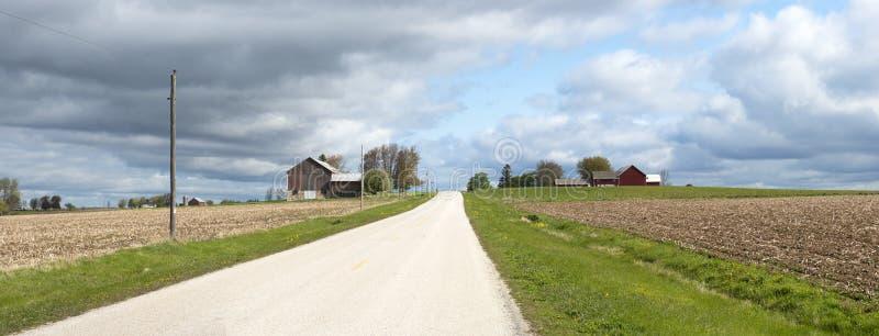Drapeau panoramique de route de campagne d'exploitation laitière du Wisconsin image stock