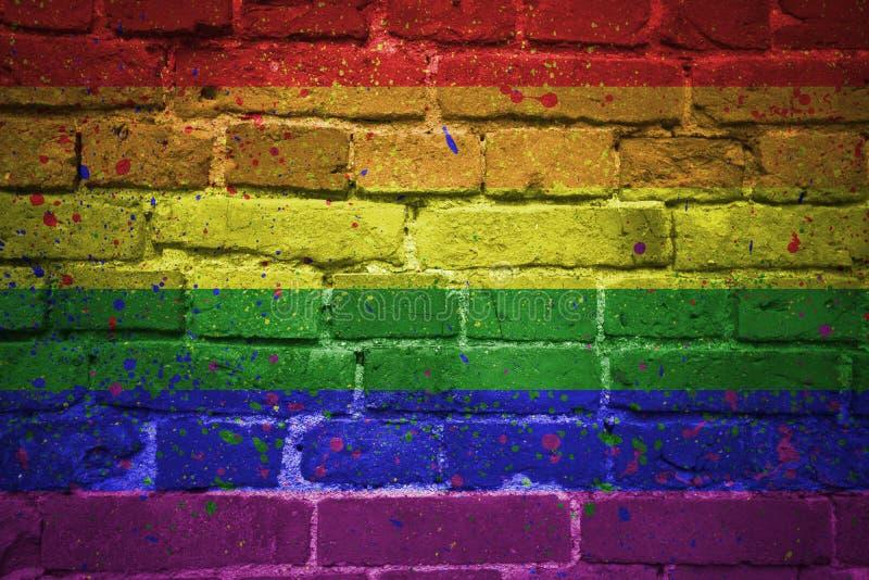 Drapeau peint d'arc-en-ciel de fierté gaie sur un mur de briques photographie stock libre de droits