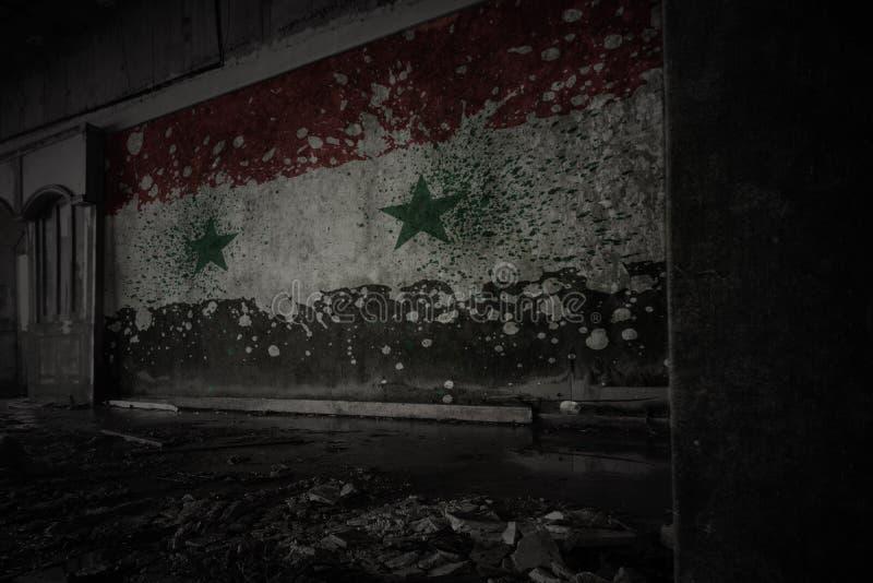 Drapeau peint de la Syrie sur le vieux mur sale dans une maison ruinée abandonnée images stock