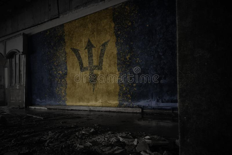 Drapeau peint des Barbade sur le vieux mur sale dans une maison ruin?e abandonn?e image libre de droits