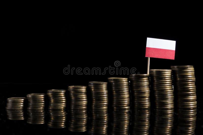 Drapeau polonais avec le sort de pièces de monnaie sur le noir photos stock