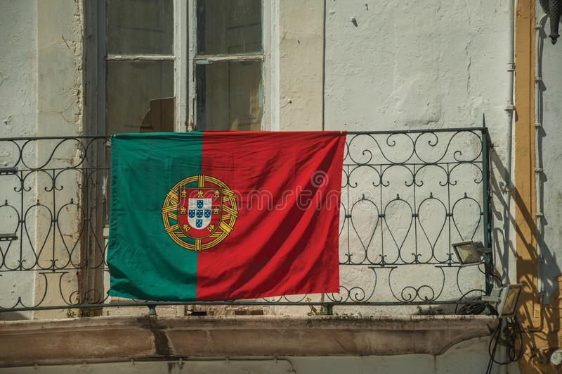 Drapeau portugais sur la balustrade de fer du balcon photos libres de droits
