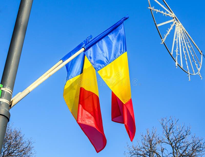 Drapeau roumain au soleil, jour national de la Roumanie images stock