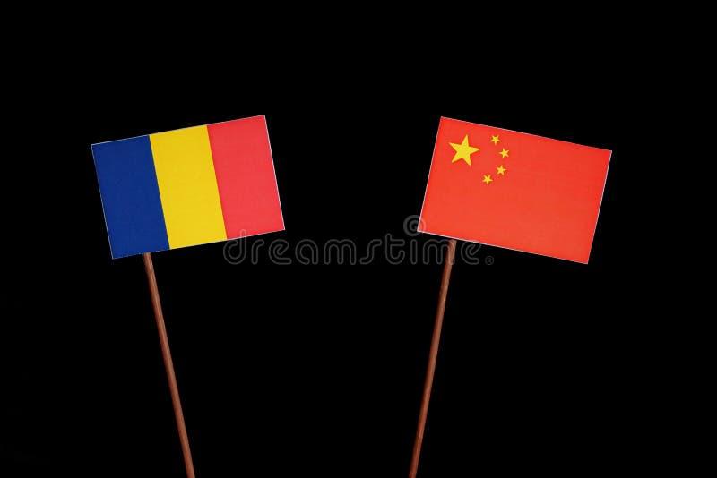 Drapeau roumain avec le drapeau chinois sur le noir photographie stock