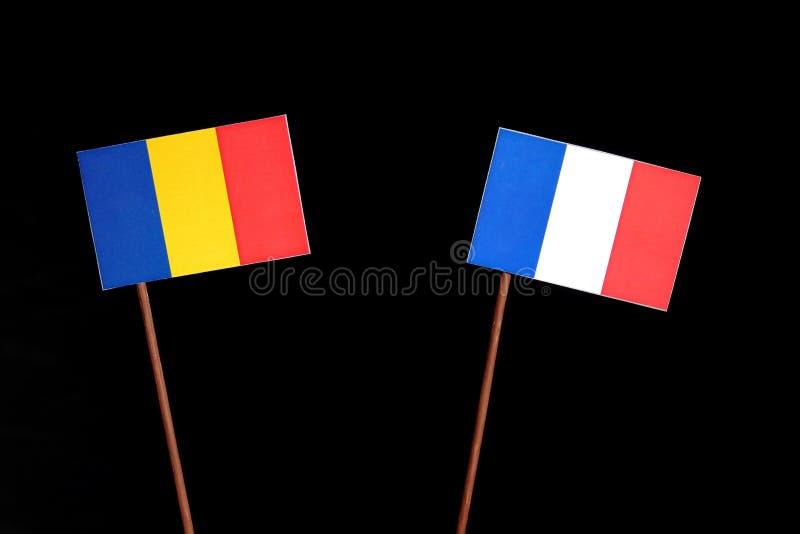Drapeau roumain avec le drapeau français sur le noir images stock