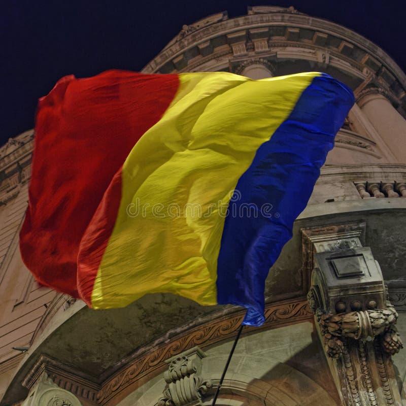 Drapeau roumain la nuit photos stock