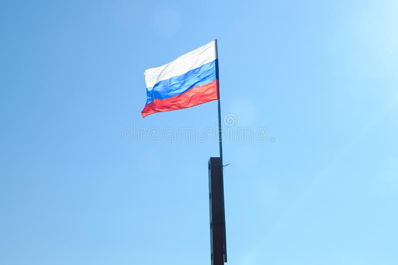 Drapeau russe ondulant dans le vent photo stock
