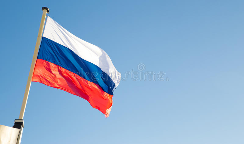 Drapeau russe ondulant sur le vent photographie stock libre de droits